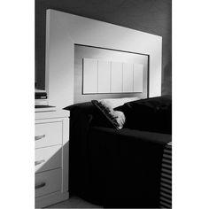 Cabecero de cama con moldura ancha y dos tableros lacados en diferente color. Cabecera realizada en madera de haya. Disponible en 4 medidas. Para camas de dormitorios de matrimonio. Más info en www.tudecora.com