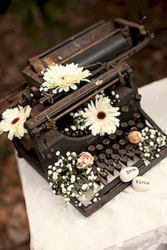 Love this antique typewriter with the flowers. It would be so cute next to wedding place cards. The cards would be adorable in typewriter font to go with the typewriter. Vintage Love, Vintage Decor, Vintage Antiques, Retro Vintage, 1960s Decor, Vintage Ideas, Vintage Stuff, Vintage Flowers, Deco Champetre
