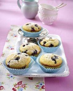 Das Rezept für Heidelbeer-Buttermilch-Muffins und weitere kostenlose Rezepte auf LECKER.de Chocolate Chip Cupcakes, Chocolate Frosting Recipes, No Bake Desserts, Easy Desserts, Delicious Desserts, Wedding Cakes With Cupcakes, Cupcake Cakes, Oreo Dessert, Blue Berry Muffins