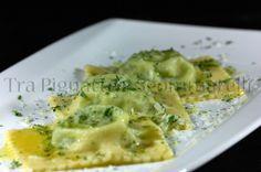 Ravioli ripieni di ricotta di bufala, broccoletti e salsiccia, con burro alla maggiorana, pecorino romano e foglie di broccoletto essiccate