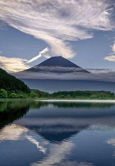 富士の病に撮りつかれ 絶景を拝み手を合わせ