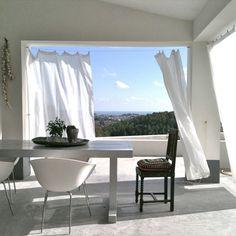 Finca Pura Vida Benissa is een hippe bed and breakfast in een eigentijdse villa met zwembad, gelegen in het binnenland van de Costa Blanca.