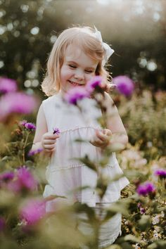Photography: Daberath Garcia Photo, Family Session, Baby Photography, Toddler Photos, Flower field p Toddler Girl Photography, Children Photography, Family Photography, Photography Flowers, Diy Photo, Photo Baby, Toddler Photoshoot Girl, Toddler Poses, Toddler Pictures