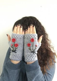 Gray Fingerless Gloves Red Flowers Embroidered Gloves por NickNacky