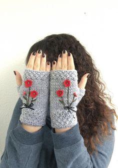 Gray Fingerless Gloves Red Flowers Embroidered Gloves por NickNacky