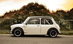 Awesome Classic Mini Cooper - with a rollbar. Mini Cooper S, Mini Cooper Classic, Classic Mini, Classic Cars, Retro Cars, Vintage Cars, Mini Morris, Super Pictures, Classic Motors