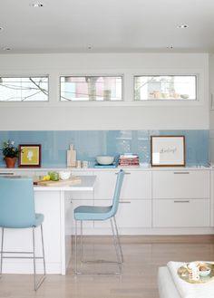 Fenêtres bandeau et cuisine en blanc et bleu.
