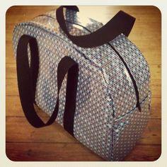 Un nouveau sac, pour moi, cette fois. J'avais besoin d'un sac pour partir en week-end ou pour aller au sport. C'est un modèle de sac bowling. J'ai suivi le tuto de Mathilde qui avait suivi celui-ci. J'ai agrandi un peu le patron de Mathilde. Tissu enduit... Sacs Tote Bags, Puppy Backpack, Sewing Online, Sac Week End, Diy Sac, Diy Bags Purses, Leather Apron, Mk Purse, Couture Sewing
