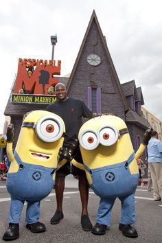 Shaquille O'Neal visited Universal Orlando Resort yesterday and met some yellow, funny friends outside of the brand new Despicable Me Minion Mayhem ride at Universal Studios Florida. Shaq is a form Orlando Theme Parks, Orlando Resorts, Orlando Florida, Universal Studios Theme Park, Universal Orlando, My Minion, Minions, Universal Hollywood, Minion Mayhem