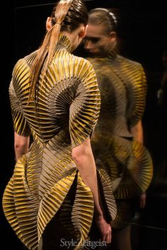 We would like to present to you Iris van Herpen's Fall/Winter 2016 Women's collection.