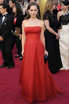 "Ganadores de los Oscars 2012: http://uk.eonline.com/redcarpet/2012/oscars/news/winners-complete-list-from-the-2012-oscars/295915 Natalie Portman ni gano ni estaba nominada pero ¡¿importa?!     ""¡Qué mona va esta chica siempre!"""