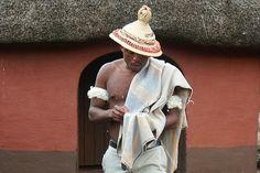 Ce chapeau est tellement symbolique du Royaume du Lesotho qu'il figure sur le drapeau du pays! Conique et surmonté de boucles, on l'appelle aussi mokorotlo, et il est définitivement indissociable des habitants du Lesotho