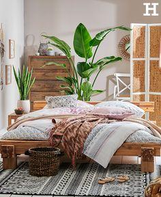Ein Schlafzimmer, das unser Fernweh stillt. Warme Holztöne, Ethno-Muster und Grünpflanzen lassen uns von fernen Ländern träumen. #ethno #schlafzimmer #pflanzen