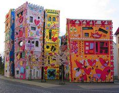Amerikan Pop Art tasarımcısı John Rizzi onu meşhur eden eserini Almanya, Braunschweig'in göbeğinde inşa etmiş. Tasarımı sonucunda en dikkat çeken eserler arasında yerini almakla beraber, orayı Mutlu Rizzi Evi olarak adlandırarak Ev ofisini oluşturmuş. Devamı http://www.stressyado.com/2012/04/04/dunyanin-en-mutlu-ev-ofisi/