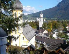 """Kiefersfelden - Wo sich der Inn den Weg aus den Tiroler Alpen ins weite Tal von Kiefersfelden bahnt, wachsen zwei mächtige Gebirgsmassive in die Höhe: der """"Zahme Kaiser"""" und der """"Wilde Kaiser"""". Sie geben der Ferienregion im äußersten Südosten Deutschlands ihren Namen: """"Kaiser-Reich"""". Die besondere Mischung aus bayerischer Bodenständigkeit und Tiroler Lustigkeit hat den Kieferern den Ruf eingebracht, hervorragende Gastgeber zu sein: herzlich, musisch, offen und immer zu einem Spaß bereit."""