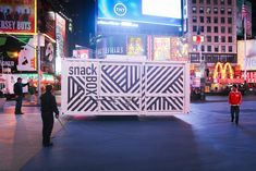 It's difficult to grab attention in the vibrant bustle of NYC's Times Square. Yet Aedifica has done just that in particularly clever ways. In creating a pop-up restaurant, they took a shipping container, 20 feet in length, and decked it out for show-stopping performances. The Snack Box resides and moves around on a closed-to-traffic section …