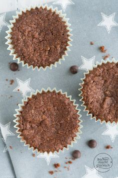 Diese veganen Schokoladenmuffins schmecken ein bisschen wie Brownies.  Mit solchen veganen Schokomuffins  fällt es einem mehr als leicht, auf tierische Zutaten zu verzichten