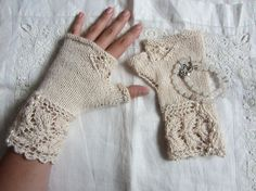 beautiful vintage look gloves. Ravelry: -dimoni-'s pale rose Veyla beautiful vintage look gloves. Ravelry: -dimoni-'s pale rose Veyla Knitted Mittens Pattern, Crochet Mittens, Knit Crochet, Lace Knitting, Knitting Socks, Knitting Patterns, Fingerless Gloves Knitted, Knitting Accessories, Ravelry