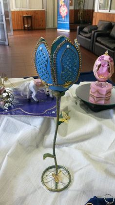 Veladora en cáscara de huevo de ñandú. Egg Crafts, Egg Art, Egg Shells, Eggs, Carving, Wood Carvings, Egg, Sculptures, Printmaking