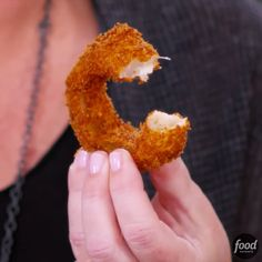 to Make Trisha Yearwood's Homemade Fried Pickles and Onion Rings Homemade Fried Pickles and Onion Rings are easier to make than you think!Homemade Fried Pickles and Onion Rings are easier to make than you think! Baked Onions, Crispy Onions, Homemade Onion Rings, Diy Onion Rings, Onion Rings Fried, Healthy Onion Rings, Food Network Recipes, Cooking Recipes, Flour Recipes