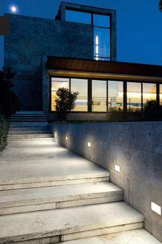L 39 esterno di una casa illuminato con luci led a pavimento for Illuminazione led casa esterno