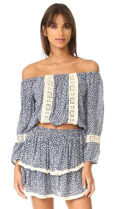 ¡Consigue este tipo de top corto de Coolchange ahora! Haz clic para ver los detalles. Envíos gratis a toda España. Coolchange Skye Off Shoulder Crop Top: A printed coolchange off-shoulder cover-up top with contrast embroidery. Elastic neckline and hem. Long sleeves. Fabric: Voile. 100% rayon. Hand wash. Imported, Indonesia. Measurements Length: 14.25in / 36cm, from center back Measurements from size S (top corto, crop tops, crop top, croptops, croptop, top crop, tops crops, cropped, top…