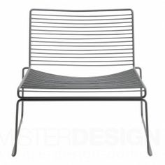 HAY Fauteuil Hee Lounge Chair van Hee Welling voor Hay is een minimalistisch vormgegeven heerlijke loungestoel. Vernoemd naar de naam van de ontwerper.  Wat de Hee Lounge Chair ideaal in gebruik gemaakt is zijn hoogwaardige materiaalgebruik. Deze stoel is namelijk vervaardigd van gegalvaniseerd staal met een hoogwaardige poedercoating waardoor deze lounger zowel binnen- als buiten te gebruiken is. Ideaal dus!