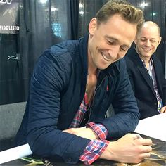 "Tom Hiddleston at Wizard World Philadelphia - June 4, 2016. ""keri_everhartOMG just met Tom Hiddleston and now I'm a new woman."" Source: https://www.instagram.com/p/BGPOGVeGF-W/ Full size image: http://ww2.sinaimg.cn/large/6e14d388jw1f4jmj77n7kj20u00u0q5u.jpg Via Torrilla, Weibo"