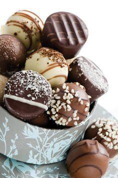Lascia a bocca aperta i tuoi invitati! Coccolali servendo golosissimi cioccolatini fatti in casa realizzati con gli utensili specializzati Tescoma. Crea piccoli bocconcini di puro piacere per concederti una pausa rilassante. INGREDIENTI - 300 g di cioccolato fondente - 300 g di cioccolato al latte - 30 g di burro - ½ bicchierino di rum - 130 ml di panna PROCEDIMENTO Far sciogliere 200 g di cioccolato fondente a bagnomaria utilizzandoun pentolino. Continuare a mescolare mantenendo la te...