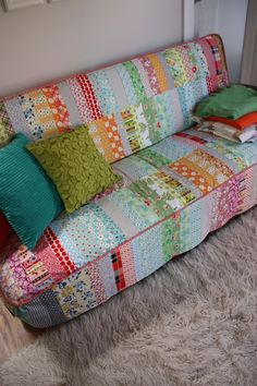Patchwork quilted couch slipcover, what a great idea. (Originally from http://ballaratpatchwork.com.au/scrapbag/2012/01/a-patchwork-couch-cover/ but link no longer works)