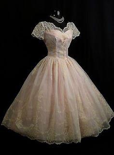 Looks like a dream. Vintage Prom, Moda Vintage, Vintage Wear, Vintage Dresses, Vintage Outfits, 50s Prom Dresses, Wedding Party Dresses, 1950s Party Dresses, 1950s Fashion