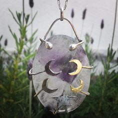 He encontrado este interesante anuncio de Etsy en https://www.etsy.com/es/listing/218698275/star-and-moon-amethyst-necklace