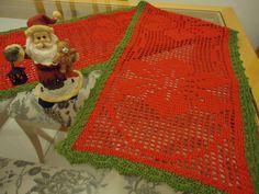Caminho de mesa Natal Poinsétia em crochê, feito com linha Anne da Círculo, 100% algodão Mercerizado, nas cores vermelho e verde.  Medida: 156 cm comprimento x 28,5 cm largura R$ 135,00