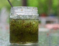 gelée de mojitoGelée de Mojito (Lime et menthe)  Adapté du Cookin ' avec Cyndi  Fait 5 half-pints  zeste de citron vert 2 cuillères à soupe  3/4 tasse de jus de citron vert  3/4 tasse fraîchement emballées de feuilles de menthe, hachés finement  1 3/4 tasses d'eau  4 tasses de sucre  Colorant alimentaire liquide vert  pectine de fruits liquide 3 oz
