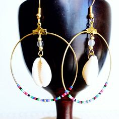 Créoles doré - perles miyuki multicolore - coquillage Diy Jewelry, Beaded Jewelry, Beaded Earrings, Drop Earrings, Bijoux Diy, Epoxy, Creations, Glow, Jewels