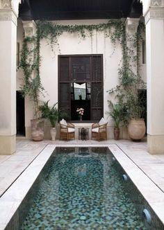 La piscine est magnifié par les colonnes et le prolongement de l'entrée