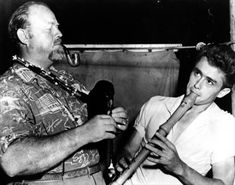 """The fabulous Fifties; - 1954 on the set of """"East of Eden"""", actors Burl Ives and James Dean have fun between scsenes with their musical accomplishments. Hollywood Actor, Golden Age Of Hollywood, Vintage Hollywood, Classic Hollywood, Hollywood Music, Hollywood Icons, Hollywood Glamour, James Dean, American Idol"""