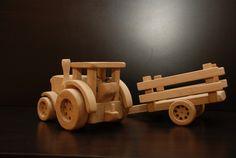 Traktor s vlečkou + náklad Vyrobeno z masivního dubového dřeva. Použito 46 pečlivě obroušených dílů. Rozměr: 48 x 15 x 16 cm. ( d x š x v ) Hmotnost: 2,3 kg. Vlečka je lehce oddělitelná a jako náklad jsou k dispozici 4klády 2 x 2 x 17 cm. Traktor má v kabině volant a sedátko. Kolečka jsou plně funkční o průměru 5,5 a 8,5 cm. Chemicky neoštřeno.