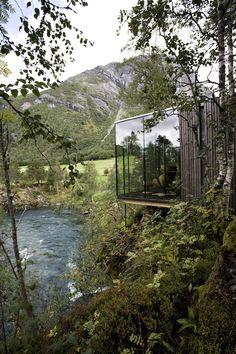 JUVET LANDSCAPE HOTEL Das Juvet Landscape Hotel liegt am Valldal, in der Nähe der Stadt Åndalsnes im Nord-Westen Norwegens. Touristen werden gewöhnlich von dem spektakulären Wasserfall 'Gudbrandsjuvet' angezogen. Die Architekten Jensen & Skodvin nutzten diese atemberaubende Landschaft und versuchten mit nur minimalen Eingriffen die umliegende Natur zu erhalten.