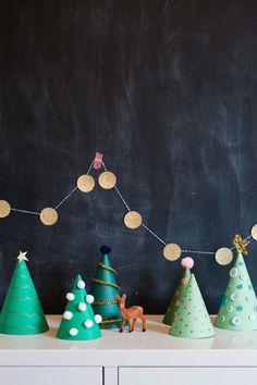 Christmas Craft: O (Crafty) Paper Christmas Trees via Honesttonod.com