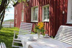 Nordvika gamle handelssted ligger på øya Dønna på Helgelandkysten, og representerer et av de gamle nordnorske handelsstedene. Nordvika hadde i sin tid både handel, gjestgiveri, poståpneri og telefonsentral. Da handelsstedet var på sitt mest velbeslåtte i 1880-åra, sto hele 16 bygninger på stedet. Dønna museum holder til på Nordvika gamle handelssted. Det 35 meter lange hovedhuset ble påbegynt tidlig på 1700-tallet, og er nå åpent for publikum. I stuen, der tapetet er dekorert med ekte gull… Outdoor Furniture, Outdoor Decor, Museum, Home Decor, Decoration Home, Room Decor, Home Interior Design, Museums, Backyard Furniture
