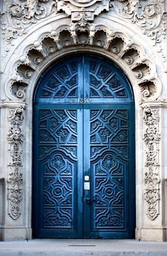 Front Door Paint Colors - Want a quick makeover? Paint your front door a different color. Here a pretty front door color ideas to improve your home's curb appeal and add more style! Cool Doors, Unique Doors, Entrance Doors, Doorway, Grand Entrance, Entrance Ideas, Casa Pop, Door Knockers, Beautiful Architecture