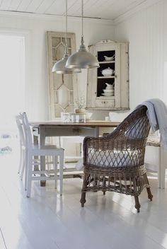 ett hem i en vit lite sliten charm....