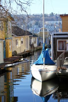House boats are a part of life in Seattle on Lake Union. #seattle #lakeunion #houseboats