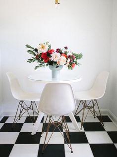 La mesa de comedor y sus sillas Eames en blanco se ven muy lindas con una rama de flores!