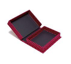 Cartonagem Caixa de Papelão Rígido forrada com tecido vermelho → Caixa de papelão rígido cartonada, tipo tampa rebatida, forrada de tecido vermelho externo e interno com papel color plus preto.    Embalagem para brinde promocional.