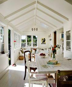 www.chicanddeco.com          Negra por fuera, blanca por dentro , no, no es una adivinanza sino una preciosa casa sueca . Una bonita casita...