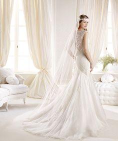 O rochie fermecătoare, cu un croi de sirenă realizat impecabil, cu detalii de dantelă şi aplicaţii fine - Iciar: http://www.cristalmariage.ro/colectia-2014/la-sposa/colectia/iciar