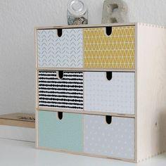 Autocollant de décoration MUSTA pour mini commode IKEA MOPPE (6 boîtes) La mini commode MOPPE de chez IKEA vient en bois non traité et est très fonctionnelle pour les petites choses de toutes sortes, en particulier sur le bureau ou dans du tour la / chambre d'enfants. Il est encore plus