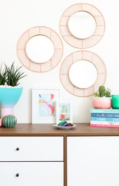 DIY Easy Geometric Copper and Wood Mirrors - A Beautiful Mess Love to try these with black instead of natural wood Diy Wand, Cool Diy, Diy Mirror Decor, Mirror Ideas, Mur Diy, Diy Simple, Wood Mirror, Copper Mirror, Copper Wood